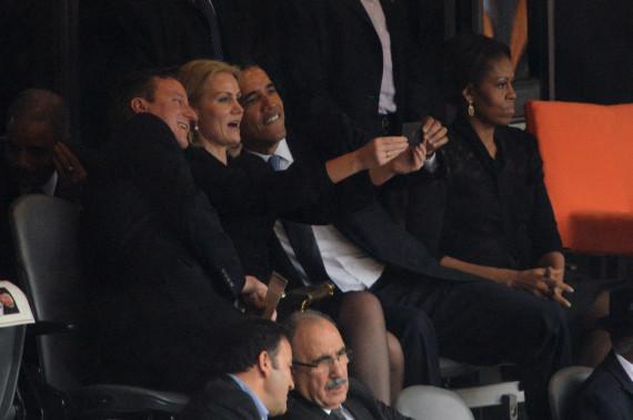Fotografia de Helle Thorning-Schmidt ao lado de Barack Obama e David Cameron