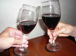 Beber um copo de vinho a dois